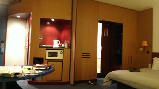 Novotel Suites Hamburg City hotel: wardrobe, toilet, bathroom, safe and food preparation space
