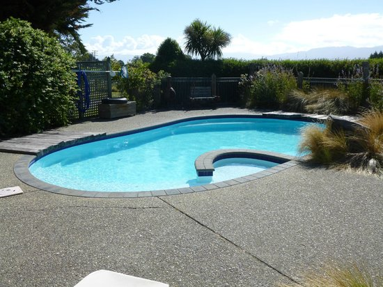 St Leonards Vineyard Cottages: relaxing pool area
