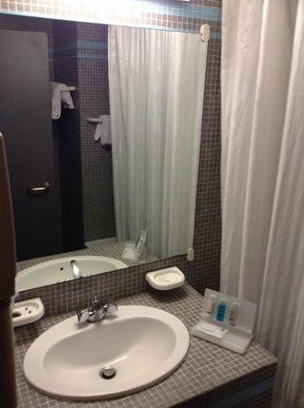 Gresham Belson Hotel : bathroom and toilet