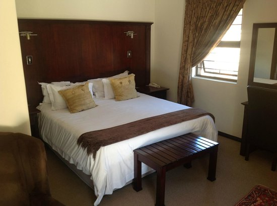 Heidelberg Kloof Lodge: Massive king size bed