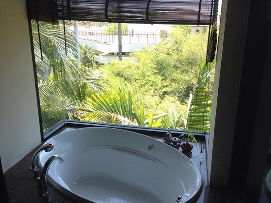 The Elements Krabi Resort: Amazing jacuzzi tub