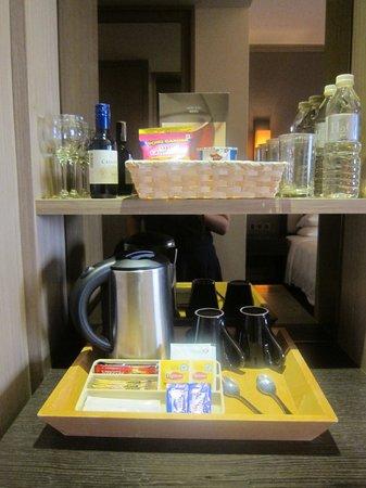 Hilton Petaling Jaya Hotel: Mini bar area