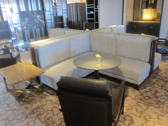 Hilton Petaling Jaya Hotel: Executive Lounge Tables