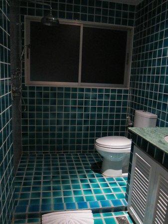 At Pingnakorn Hotel Chiangmai: ห้องน้้ำกว้าง สะอาด