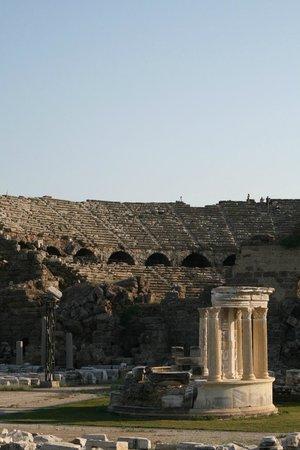 Greek Amphitheater: Греческий амфитеатр в Старом Сиде вблизи