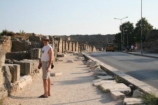 Greek Amphitheater : Амфитеатр виден на протяжении всей дороги, проходящей вдоль исторического центра Сиде