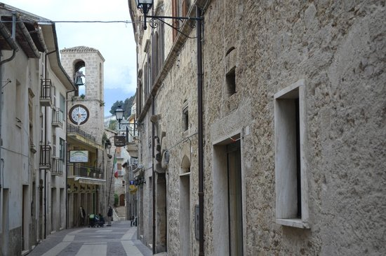 Hotel Ristorante Fortezza: La via dell'hotel