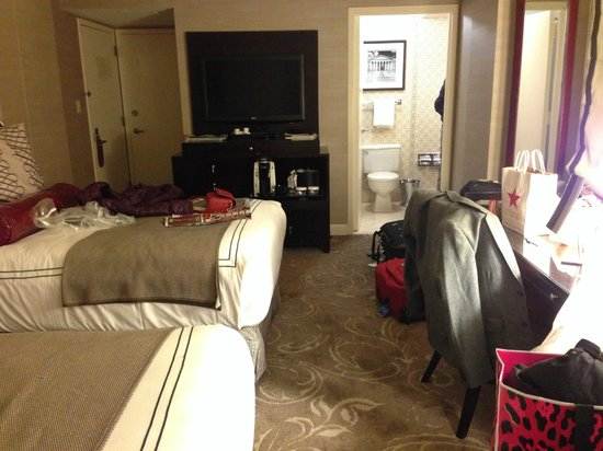 Hamilton Crowne Plaza Hotel: twins beds