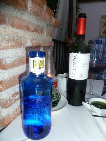 Tehuelche Grill Argentino : Malbec Wein und Mineralwasser