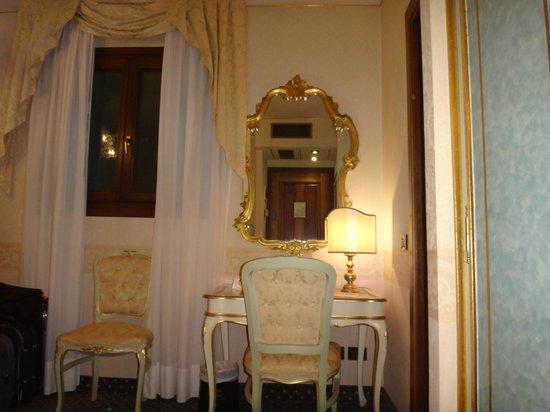 Hotel Carlton on the Grand Canal: Escritorio de la habitación