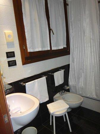 Hotel Carlton on the Grand Canal: Baño de la habitación