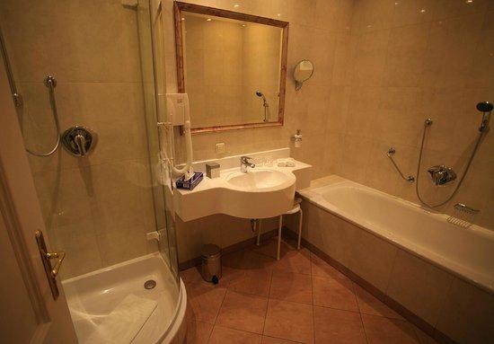 Hotel Elefant : Nice and spacious bathroom