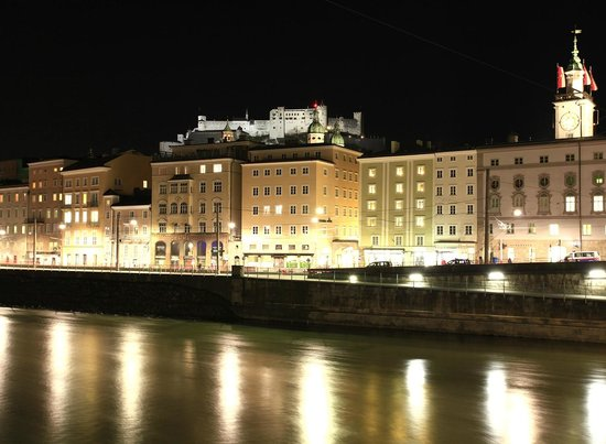 Hotel Elefant: The old town of Salzburg by night - tunliweb.no