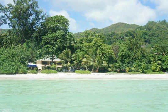 Pirogue Lodge : Hotellet och beachen.