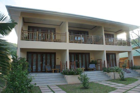 Pirogue Lodge : Hotellets fasad mot havet.
