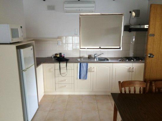 Victor Harbor Seaview Apartments: Kitchen