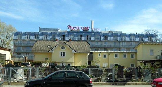 The Star Inn Hotel Graz: Blick von der Straße zur Straßenbahnhaltestelle