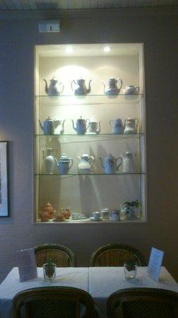 New Orient Hôtel : Exposisión de vajilla y cerámica