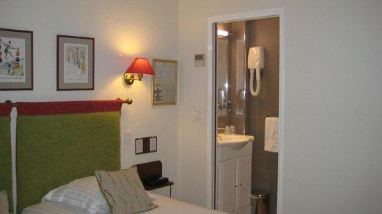 New Orient Hotel: Habitación y Aseo /Baño