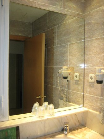 Silken St. Gervasi Hotel: Bathroom with complimentary cosmetics