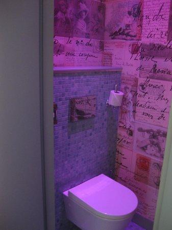 Hotel Vice Versa : El wc estaba aparte con una luz violeta y las paredes forradas en tela