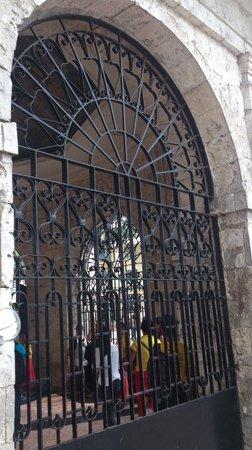 Magellan's Cross: Здание на площади ,рядом с достопримечательностью