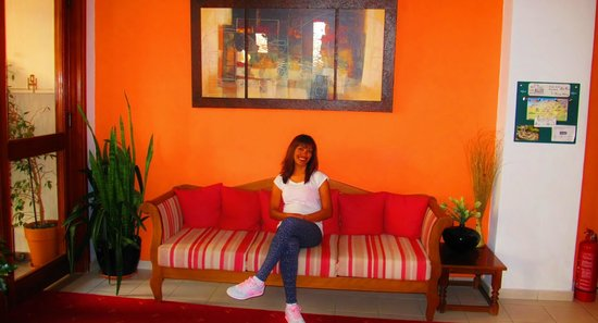 Pan Hotel: Entrance Left Sitting Area ''warm colors create and inviting atmosphere'' :)