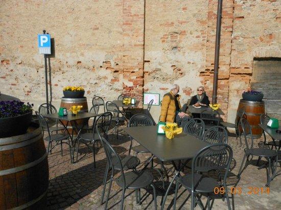Bar Nuova Italia Di Cometta Silvana : seduti vicino alla chiesa