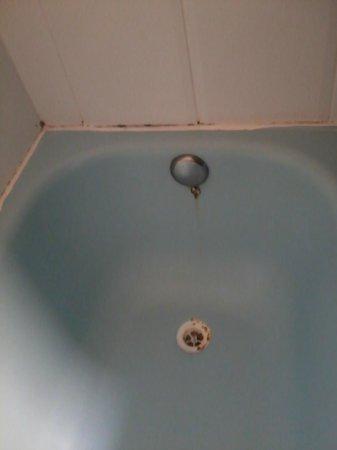 Hotel Horizonte: Bañera vieja y oxidada