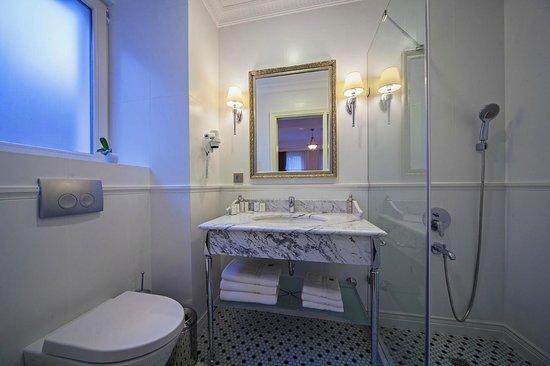 Meroddi Pera Hotel : banyo
