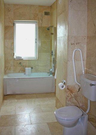 Jackson Court Hotel: Bathroom