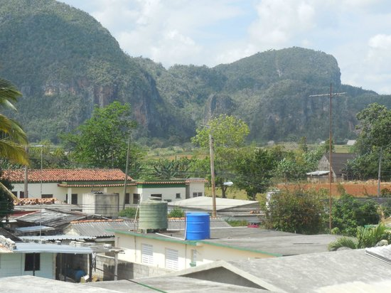 Villa Los Pandaderos: The wonderful view of the famous Vinales mountains
