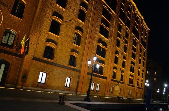 Hilton Molino Stucky Venice Hotel: Fachada do hotel a noite...