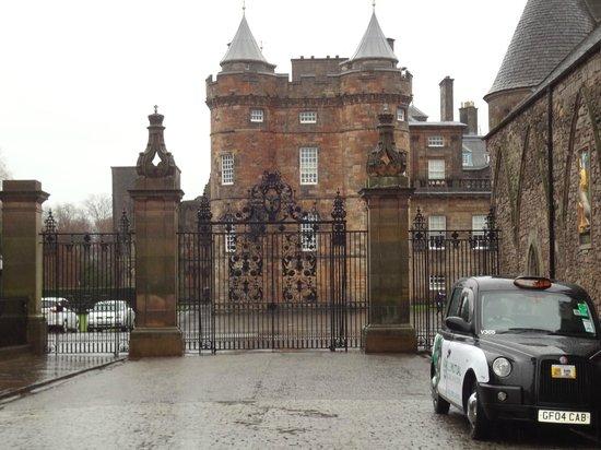 Palace of Holyroodhouse: palace grounds/gait