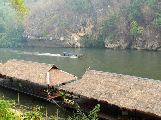 River Kwai Resotel : la pirogue pour arriver à l'hotel