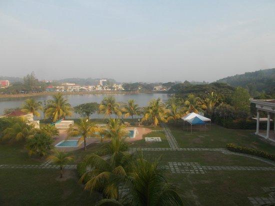 Seri Malaysia: The lake