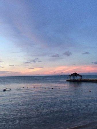 Mont Choisy Coral Azur Beach Resort : foto scattata sorseggiando un aperitivo dal giardino del Coral