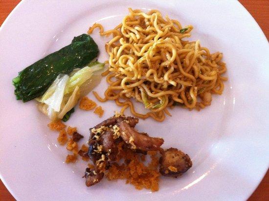 89 Hotel: Fried noodles; vegetables