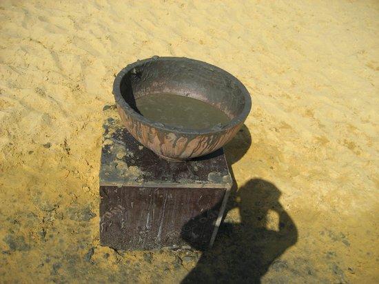 Holiday Inn Resort Dead Sea: bacile di fango nella spiaggia attrezzata