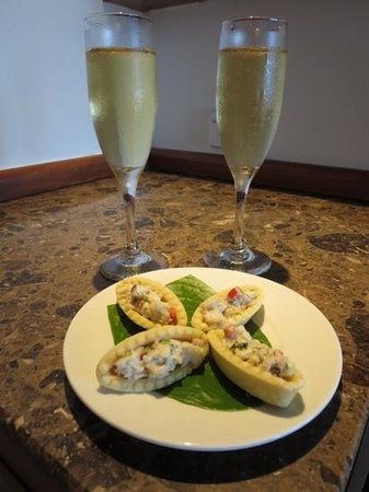 Outrigger Fiji Beach Resort : champagne and canapes