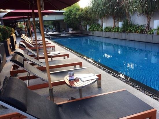 Park Plaza Bangkok Soi 18 : pool, bar and gym area.