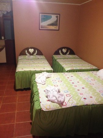 Hotel Lavas del Arenal: Family room has 3 twin beds & 1 full size bed