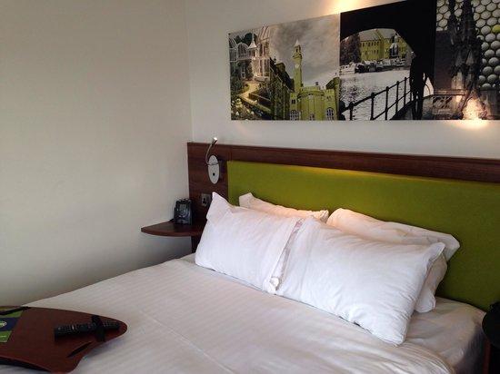 Hampton by Hilton Birmingham Jewellery Quarter: Comfortable bed.