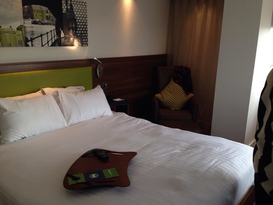 Hampton by Hilton Birmingham City North: Bed and seating area.
