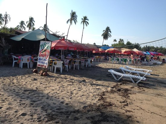 Playa Linda: restaurant on the beach by the pier - miles to walk in the other direction.
