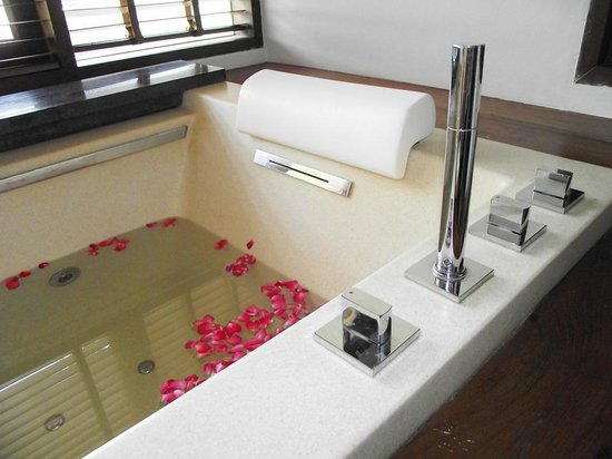 Royal Muang Samui Villas: great spa bath