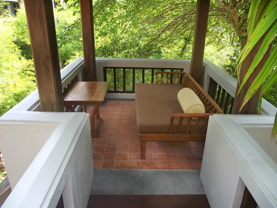 Royal Muang Samui Villas : Beautiful balcony with fan