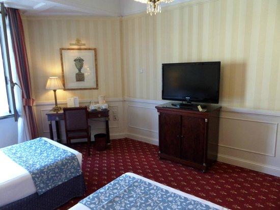 Emperador Hotel Madrid : nice big TV only 1 english channel:(