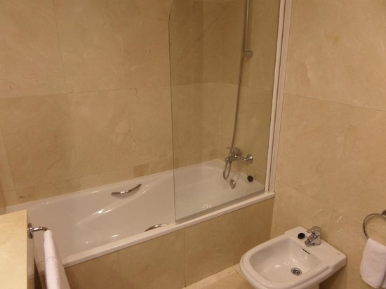 Emperador Hotel Madrid: bath and shower