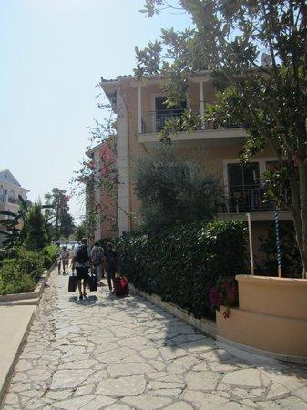 Eva Beach Hotel: Vialetto di entrata